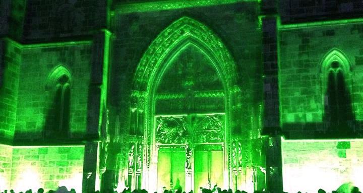 portal der lorenzkirche in grünem licht